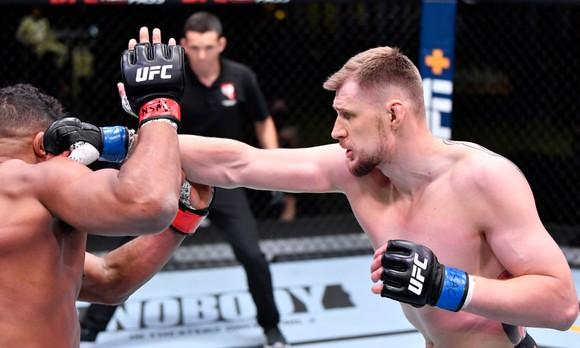 Alexander Volkov kể sự thật rùng rợn ở UFC Vegas 18:  Nghe thấy Alistair Overeem thở khò khè sau khi ăn quyền đổ máu ảnh 2