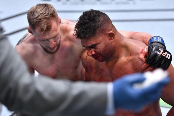 Alexander Volkov kể sự thật rùng rợn ở UFC Vegas 18:  Nghe thấy Alistair Overeem thở khò khè sau khi ăn quyền đổ máu ảnh 3