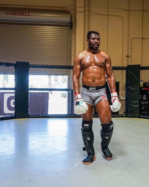 """""""The Predator"""" Francis Ngannou: 10 tuổi phải đi khai thác cát, sống vô gia cư ở Paris, lại sắp tranh đai hạng nặng UFC  ảnh 4"""