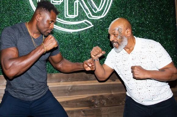 """""""The Predator"""" Francis Ngannou: 10 tuổi phải đi khai thác cát, sống vô gia cư ở Paris, lại sắp tranh đai hạng nặng UFC  ảnh 3"""