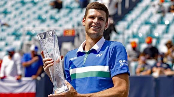 Hurkacz và chiếc cúp vô địch Miami Open