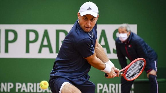 Monte Carlo Masters: Djokovic sẵn sàng chịu dơ để… thành công, Karatsev đại chiến Tsitsipas ảnh 1