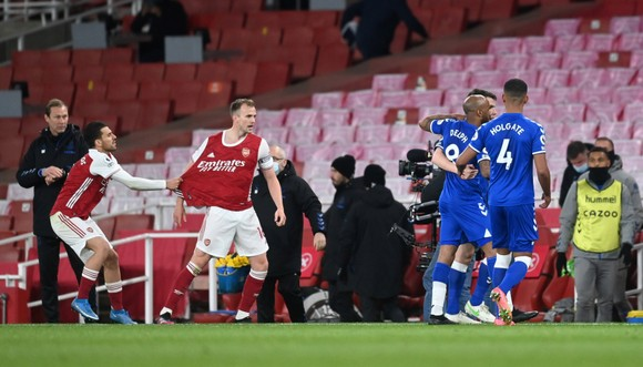 Hình ảnh trái ngược giữa Arsenal và Everton trong trận đấu rạng sáng nay