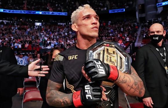 """Charles """"Do Bronx"""" Oliveira từ Favela: Bác sĩ từng chẩn đoán không thể đi lại, giờ vô địch UFC sau 10 năm thượng đài ảnh 3"""