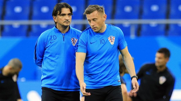 HLV Dalic và trợ lý Olic.