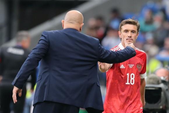 Zhirkov bắt tay Cherchesov khi được thay ra trong trận đấu với Bulgaria
