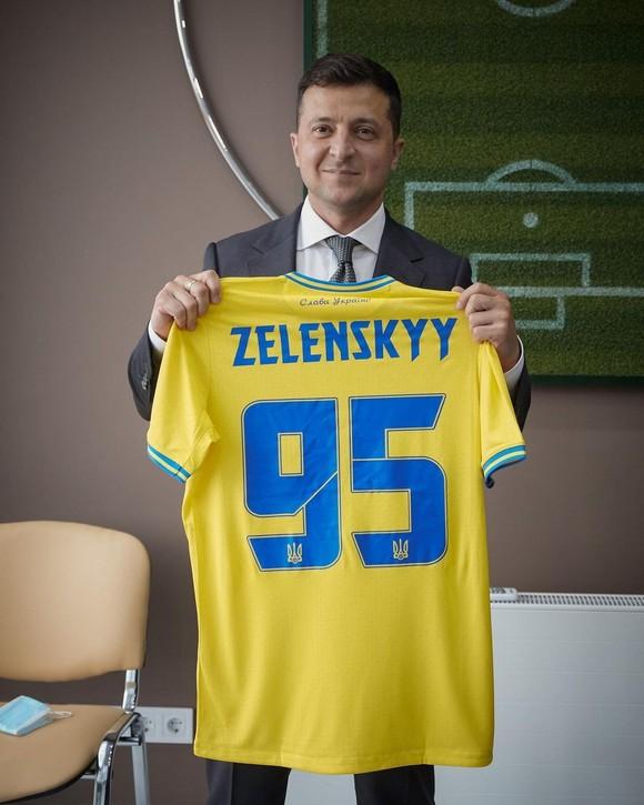 Mẫu áo đấu gây tranh cãi của tuyển Ukraine: Có hình bán đảo Crimea, được Tổng thống Zelensky khen hết lời ảnh 2