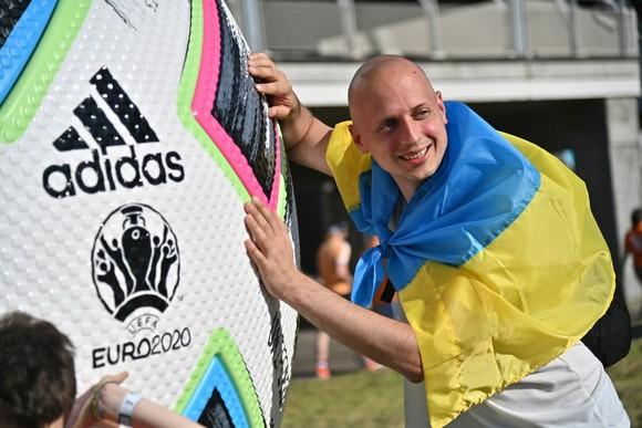 """Sắc màu CĐV Ukraine và """"Vàng - Xanh mạnh hơn Sbornaya"""" ảnh 1"""