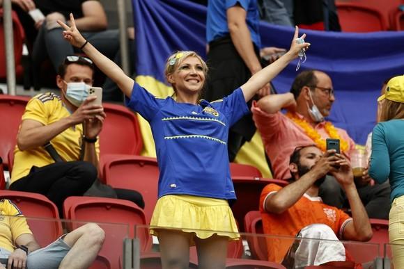"""Sắc màu CĐV Ukraine và """"Vàng - Xanh mạnh hơn Sbornaya"""" ảnh 2"""