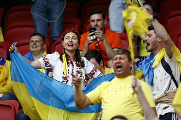 """Sắc màu CĐV Ukraine và """"Vàng - Xanh mạnh hơn Sbornaya"""" ảnh 3"""