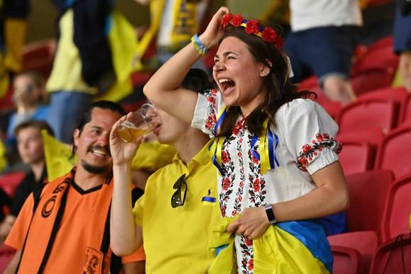 """Sắc màu CĐV Ukraine và """"Vàng - Xanh mạnh hơn Sbornaya"""" ảnh 4"""