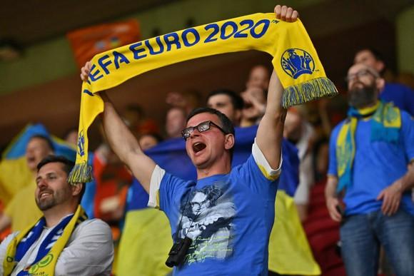 """Sắc màu CĐV Ukraine và """"Vàng - Xanh mạnh hơn Sbornaya"""" ảnh 7"""