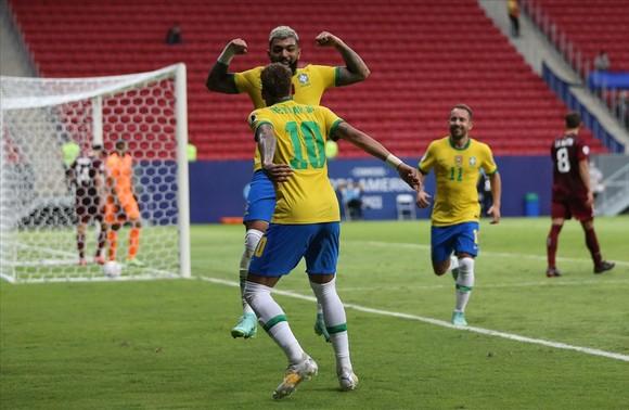 Barbosa ăn mừng cùng Neymar sau khi ghi bàn thắng thứ 3 cho Brazil
