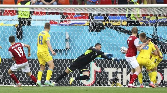 Hàng thủ Ukraine bất lực trước tình huống ghi bàn của Áo