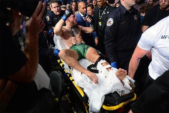 """UFC 264: """"Gã điên Ailen"""" Conor McGregor gãy mắt cá vì đặt sai chân trụ, Dustin Poirier thắng KO kỹ thuật  ảnh 5"""
