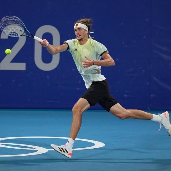 """Novak Djokovic tan mộng """"Golden Slam"""", Alexander Zverev quật khởi 2 ván cuối để vào tranh HCV ảnh 1"""