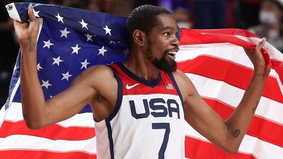 """""""Vua ghi điểm"""" Kevin Durant báo thù tuyển Pháp, giành HCV bóng rổ Olympic thứ 3 liên tiếp ảnh 2"""