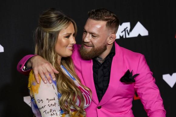 """""""Gã điên Ailen"""" Conor McGregor suýt choảng Machine Gun Kelly: Tôi chẳng biết hắn ta, ngoại trừ hắn đi cùng Megan Fox ảnh 2"""