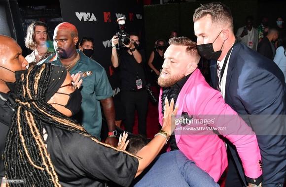 """""""Gã điên Ailen"""" Conor McGregor suýt choảng Machine Gun Kelly: Tôi chẳng biết hắn ta, ngoại trừ hắn đi cùng Megan Fox ảnh 1"""