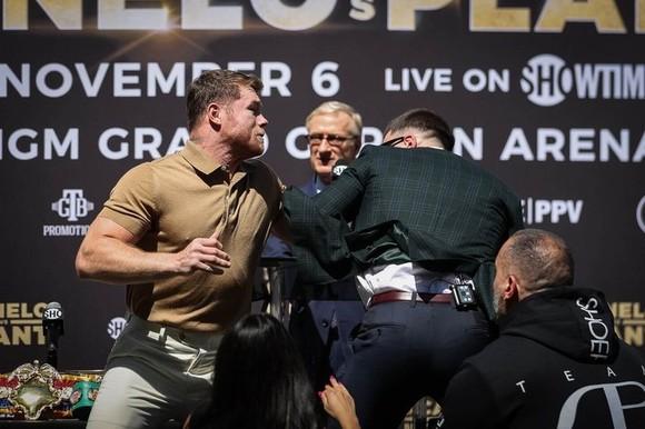 """Canelo Alvarez vs Caleb Plant: Tháng 11 mới chính thức so quyền, nhưng đã kịp """"triết chiêu"""" khiến Caleb rách mặt ảnh 4"""