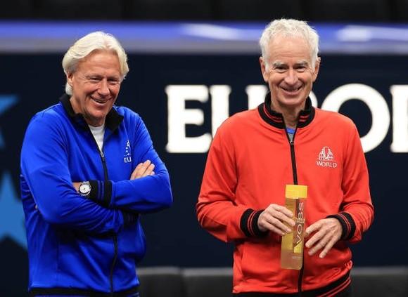 Bjorn Borg (áo xanh) và Đội trưởng John McEnroe của tuyển Thế giới