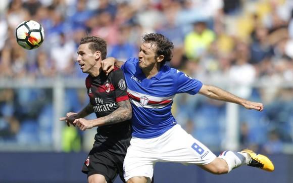 Nikola Kalinic (trái, AC Milan) bị Edgar Barreto Sampdoria) kèm chặt. Ảnh: Mediaset.