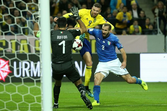 Thủ thành Gigi Buffon đã can thiệp pha đột phá của Marcus Berg (giữa, Thụy Điển). Ảnh: Getty Images.
