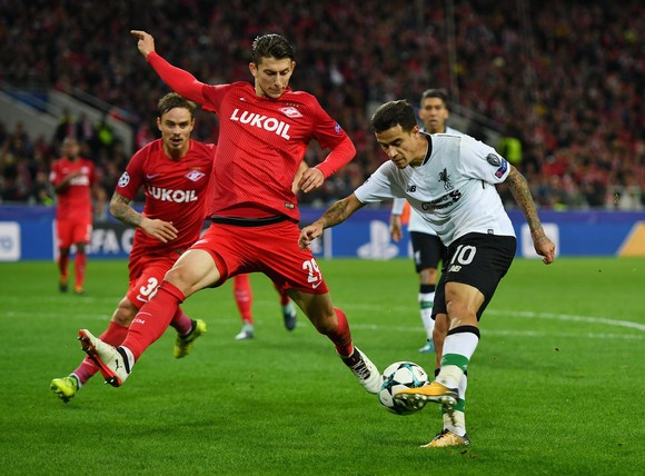 Philippe Coutinho (phải, Liverpool) dứt điểm trước khung thành Spartak Moscow. Ảnh: Getty Images.