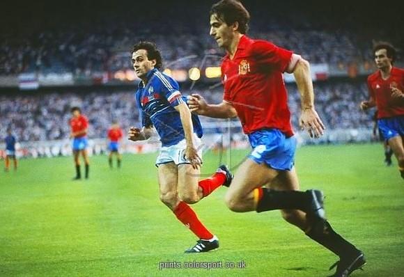 Santiago Urquiaga (Tây Ban Nha) đua tốc độ với Michel Platini trong trận chung kết EURO 1984