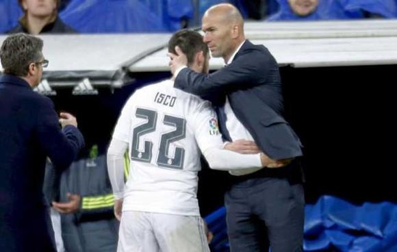 HLV Zinedine Zidane và cậu học trò Isco.