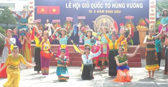 雄王高中學校學生表演54個民族服飾節目。