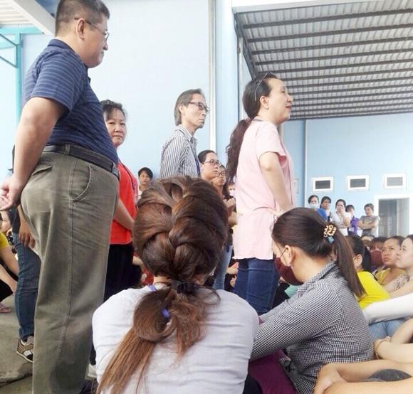 HDI負責人與罷工的工人們商討解決勞動合同糾紛事宜。(圖片來源:互聯網)