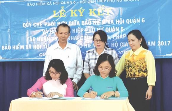 第六郡婦女會主席梁清竹(左)與郡社保單位簽署合作備忘錄。(圖源:互聯網)