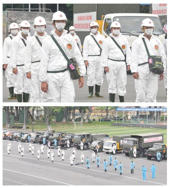 Lực lượng vũ trang ra quân phun khử khuẩn toàn thành phố  ảnh 2