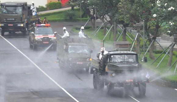 Lực lượng vũ trang ra quân phun khử khuẩn toàn thành phố  ảnh 4