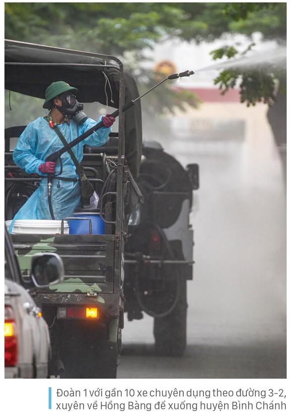 Lực lượng vũ trang ra quân phun khử khuẩn toàn thành phố  ảnh 6