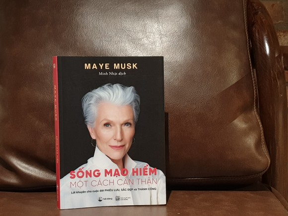 Mẹ tỷ phú Elon Musk ra mắt sách truyền cảm hứng sống cho phụ nữ  ảnh 1