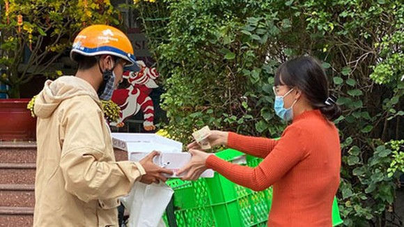 Merchandise delivery for an online transaction in Ho Chi Minh City. (Photo: SGGP)