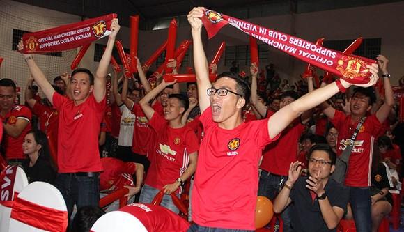 """Trận MU – Liverpool 2-1: Fan MU tại HCM nhảy múa ăn mừng chiến thắng """"Quỷ đỏ"""" ảnh 1"""