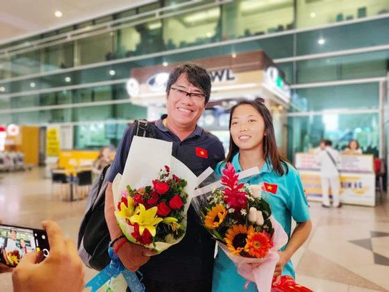 Tưởng đoàn Dương Vũ Lâm và đội trưởng Huỳnh Như được chào đón nồng nhiệt tại sân bay Tân Sơn Nhất. Ảnh: DŨNG PHƯƠNG