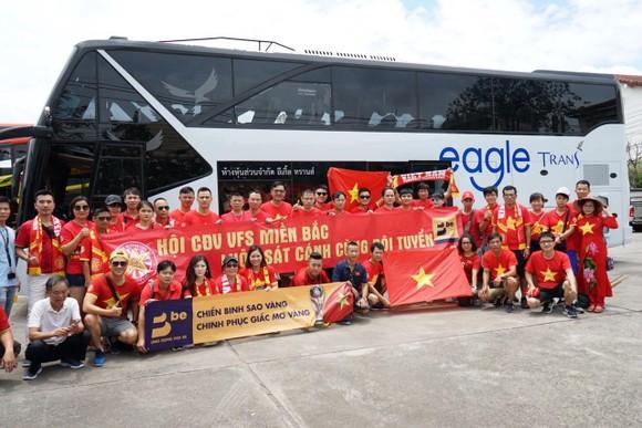 CĐV mang Đại kỳ sang Thái Lan cổ vũ đội tuyển Việt Nam giành chiến thắng ảnh 2