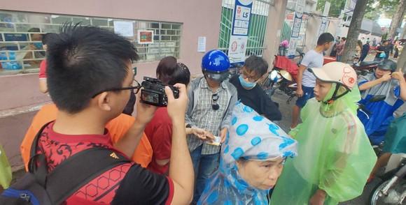 """TPHCM – Hà Nội: Quyết """"săn vé"""" trong trời mưa để xem sao tranh tài   ảnh 1"""