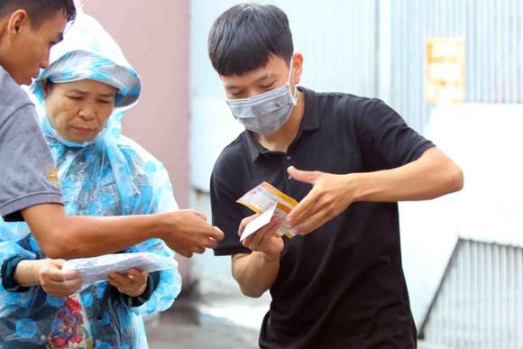 """TPHCM – Hà Nội: Quyết """"săn vé"""" trong trời mưa để xem sao tranh tài   ảnh 8"""