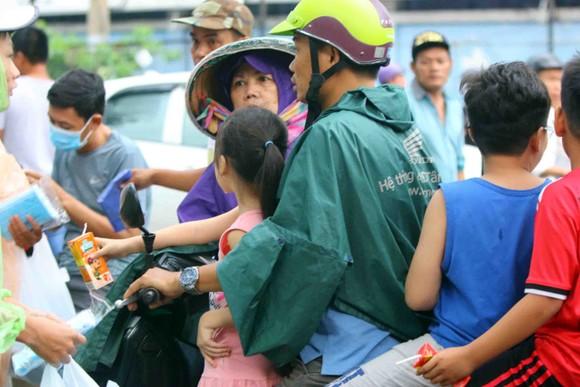 """TPHCM – Hà Nội: Quyết """"săn vé"""" trong trời mưa để xem sao tranh tài   ảnh 2"""