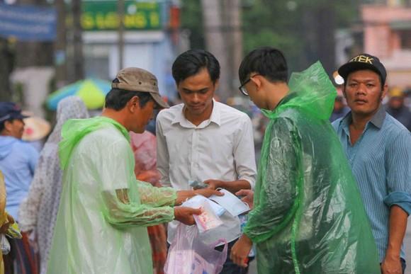 """TPHCM – Hà Nội: Quyết """"săn vé"""" trong trời mưa để xem sao tranh tài   ảnh 9"""