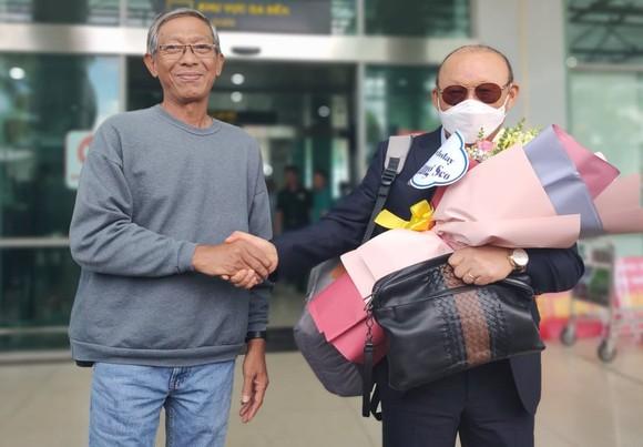 HLV Park Hang-seo được tặng hoa chúc mừng sinh nhật lần thứ 63 khi vừa đáp chuyến bay xuống sân bay Pleiku. Ảnh: DŨNG PHƯƠNG