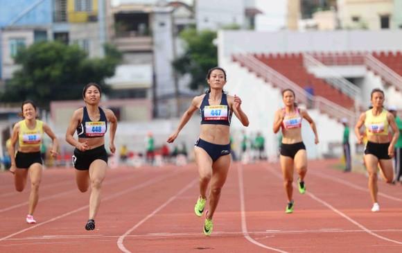 Lê Tú Chinh về đích ở nội dung 100 m chung kết nữ. Ảnh: Dũng Phương