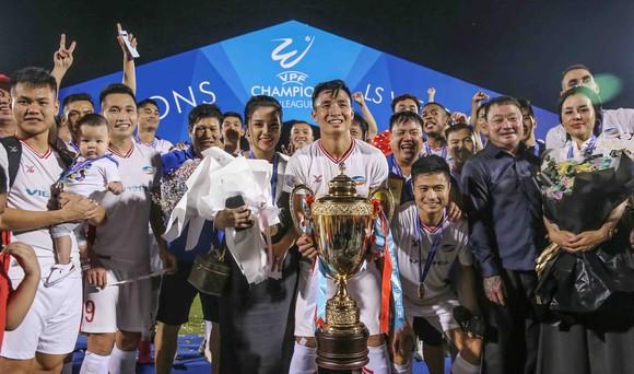 Đội trưởng Bùi Tiến Dũng cầu hôn bạn gái Khánh Linh trong đêm Viettel vô địch V-League ảnh 1