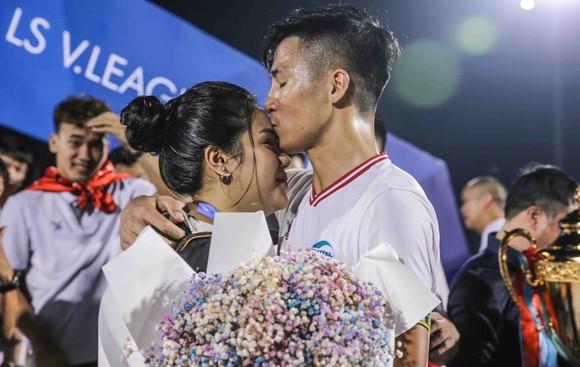Đội trưởng Bùi Tiến Dũng cầu hôn bạn gái Khánh Linh trong đêm Viettel vô địch V-League ảnh 3