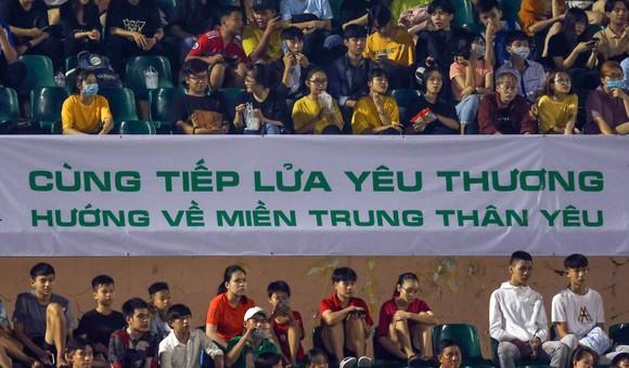 Quả bóng Vàng Việt Nam cùng nhau tiếp lửa yêu thương đến đồng bào miền Trung  ảnh 2